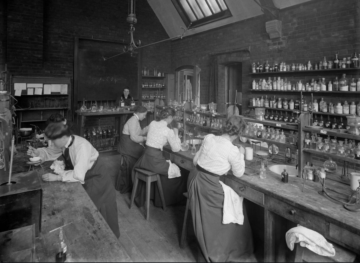 Picture of students working in a science lab at the beginning of the 20th century
